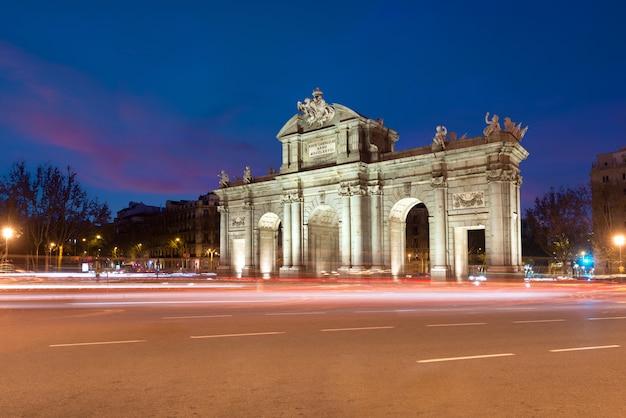 Puerta de alcala jest jednym z madrytu w hiszpanii.