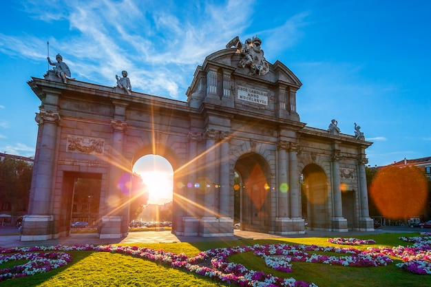 Puerta de alcala znajduje się w madrycie w hiszpanii