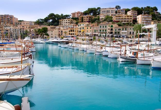 Puerto de soller port of mallorca z łodziami lllaut