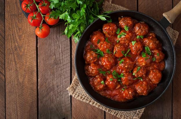 Pulpety w słodko-kwaśnym sosie pomidorowym.