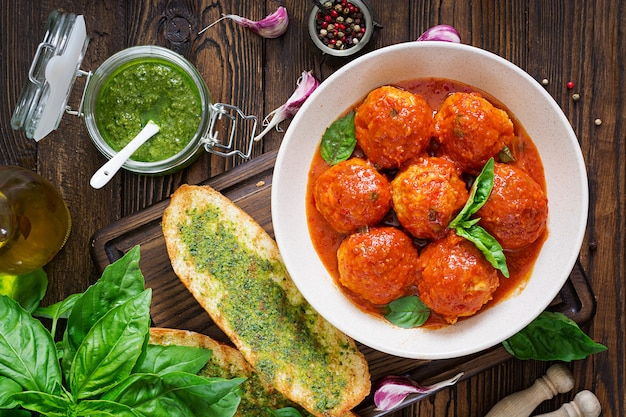 Pulpety w sosie pomidorowym i grzance z pesto bazyliowym.