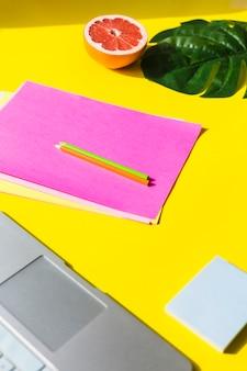Pulpit biurowy z arkuszem papieru