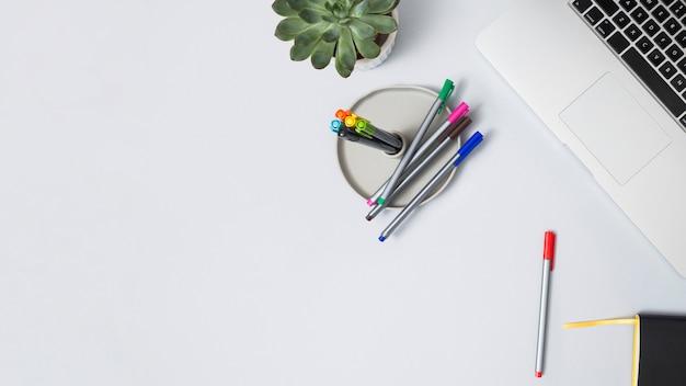 Pulpit biurowy z laptopem i innymi elementami