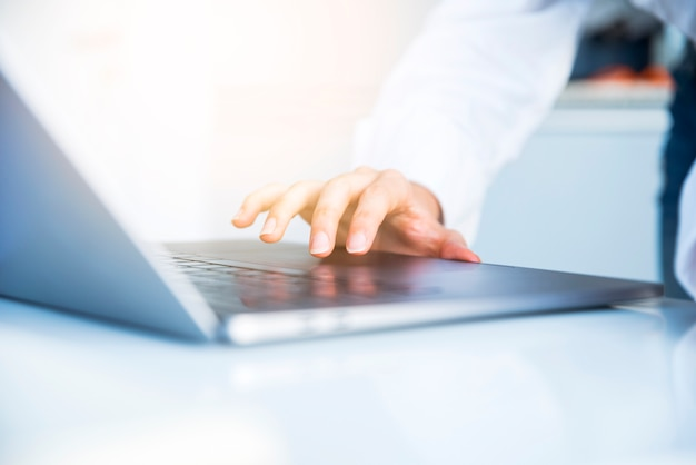 Pulpit biurowy z laptopem