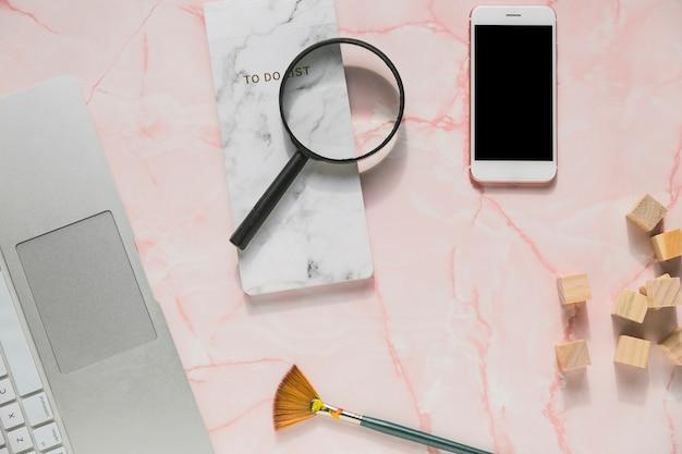 Pulpit biurowy z telefonem komórkowym