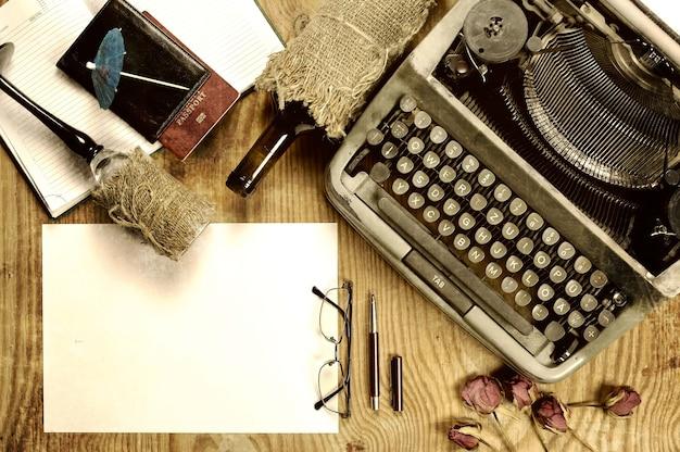 Pulpit do pisania z maszyną do pisania w stylu retro