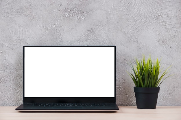 Pulpit z elementami laptopa i biura