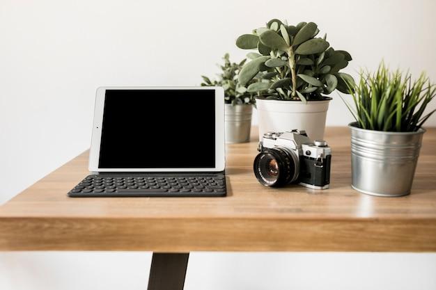 Pulpit z laptopem i aparatem fotograficznym