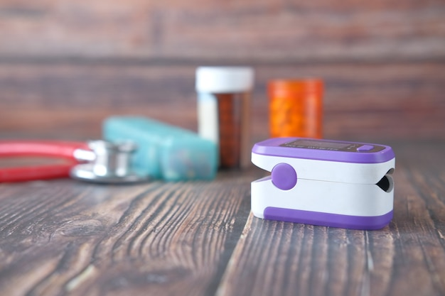 Pulsoksymetr i pojemnik medyczny na stole