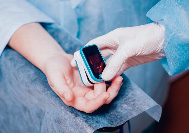 Pulsoksymetr na dłoni pacjenta