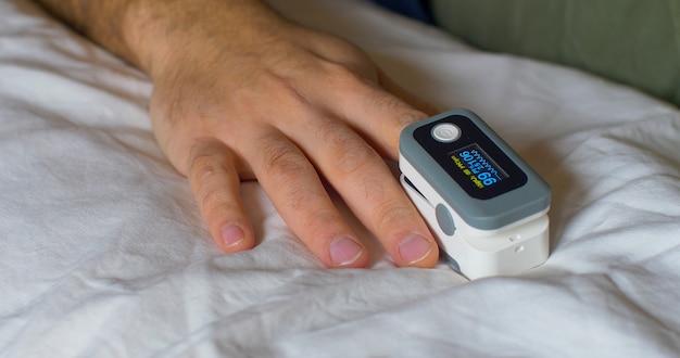 Pulsoksymetr palcowy to niewielkie urządzenie, które pozwala na szybki i nieinwazyjny pomiar nasycenia krwi tlenem i jednocześnie wykryć tętno.