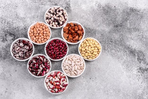 Pulsuje selekcją zdrowej żywności w naczyniach z białej porcelany.