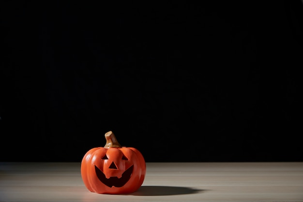 Pumpkinhead of jack lantern na drewnianym stole
