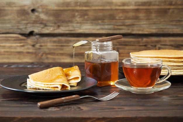 Puncakes z miodem i filiżanką herbaty