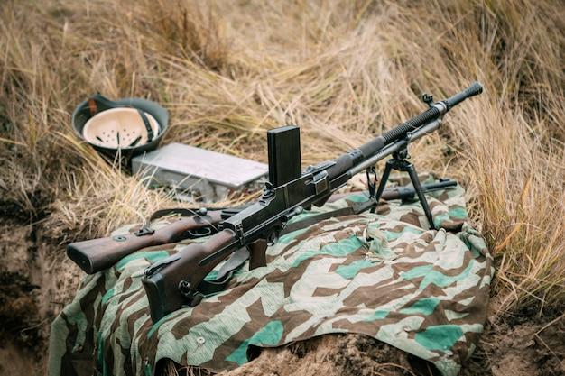 Punkt ognia w suchej trawie ze schwytanym starym karabinem maszynowym zb vs. 26. homel, białoruś