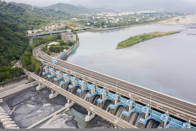 Punkt orientacyjny jazu jiji, centrum zarządzania wodą rzeki zhuo-shui w mieście jiji, nantou, tajwan