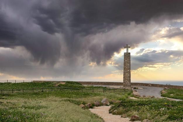 Punkt orientacyjny, który symbolizuje najbardziej wysunięty na zachód punkt kontynentu europejskiego, cabo da roca, portugalia