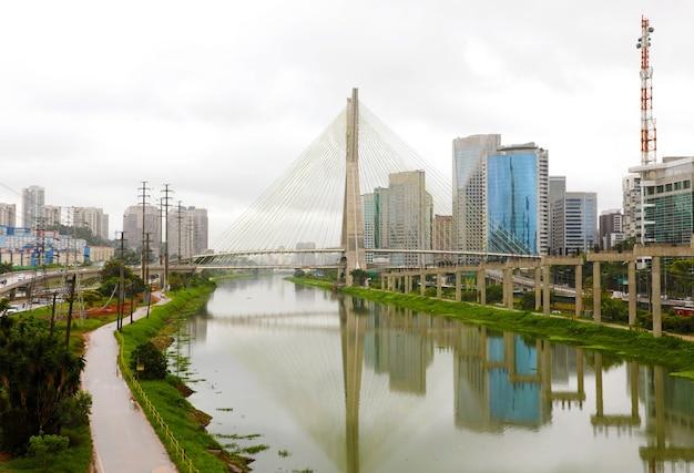Punkt orientacyjny miasta sao paulo estaiada bridge reflex w rzece pinheiros, brazylia