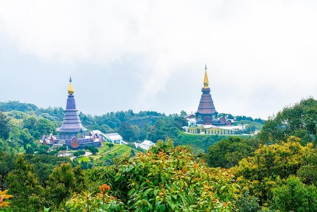 Punkt orientacyjny pagoda w parku narodowym doi inthanon z pochmurnego nieba w chiang mai, tajlandia.