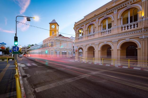Punkt orientacyjny phuket starego miasta z starych budynków w stylu portugalskim chińskim, phuket, tajlandia.