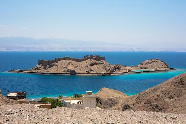 Punkt orientacyjny synaju południowego - wyspa salah el din i zamek na morzu w mieście taba