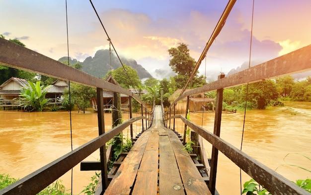 Punkt orientacyjny vang vieng laos i drewniana brygada