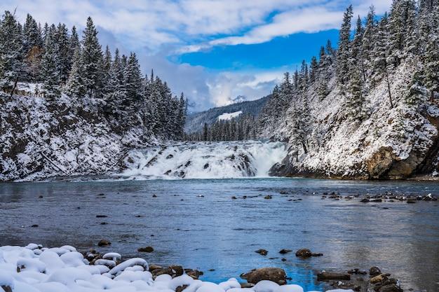 Punkt widokowy bow falls w śnieżną zimę. park narodowy banff bow river malownicze, canadian rockies.