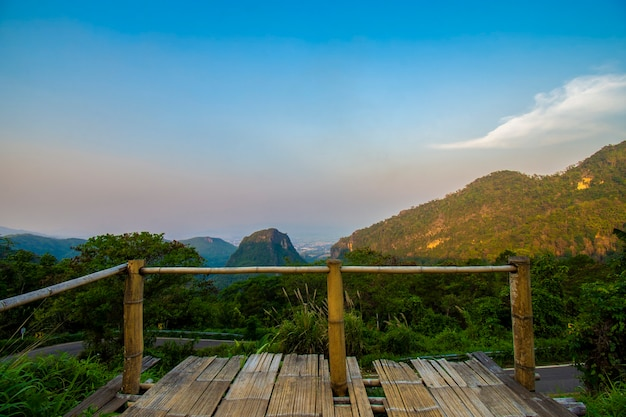 Punkt widokowy doi pha mee, słynne miejsce, które jest punktem odprawy drużyny 13, dziki przypadkowo utknęły w jaskini tham luang. granica tajlandii i birmy, mae sai, chiang rai, tajlandia