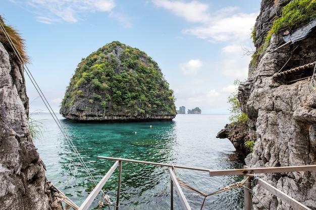 Punkt widokowy górskiego wapienia ze szmaragdowym morzem w zatoce loh samah na wyspie phi phi
