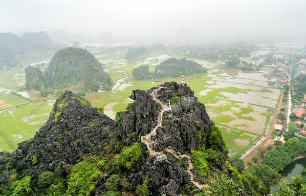 Punkt widokowy hang mua w trang malowniczy obszar w pobliżu ninh binh, wietnam,