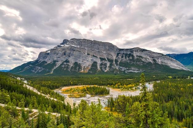 Punkt widokowy hoodoos w parku narodowym banff, kanada