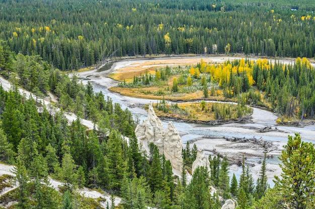 Punkt widokowy hoodoos w parku narodowym banff w kanadzie