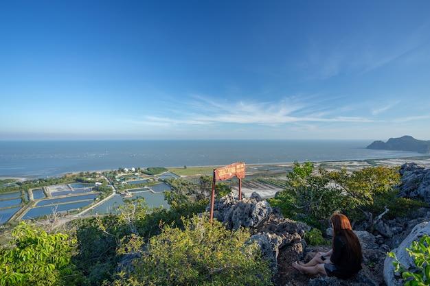 Punkt widokowy khao dang na górze w parku narodowym sam roi yot, pranburi, prachuap khiri khan, tajlandia