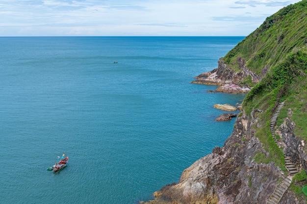 Punkt widokowy na góry i morze prowincja chanthaburi w tajlandii
