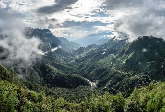 Punkt widokowy najwyższego pasma górskiego we mgle w tram ton pass, sapa, wietnam