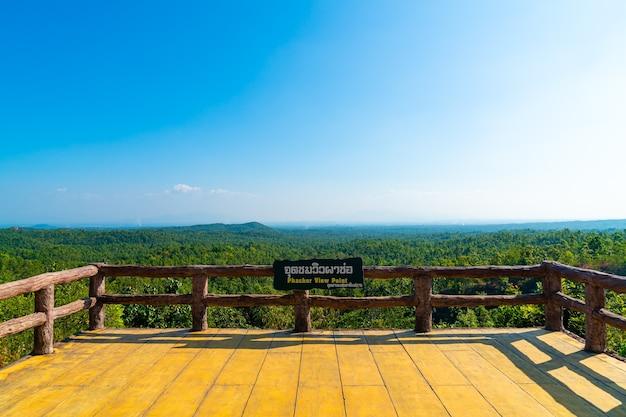 Punkt widokowy pha chor z panoramą przyrody w parku narodowym mae wang w chiang mai w tajlandii