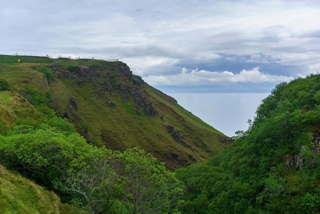 Punkt widokowy w wąwozie lealt i krawędzi klifu, isle of skye, szkocja