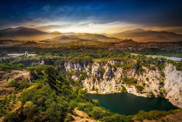 Punkt widokowy wielkiego kanionu na atrakcję turystyczną z przeszłości kopalni rudy o zachodzie słońca