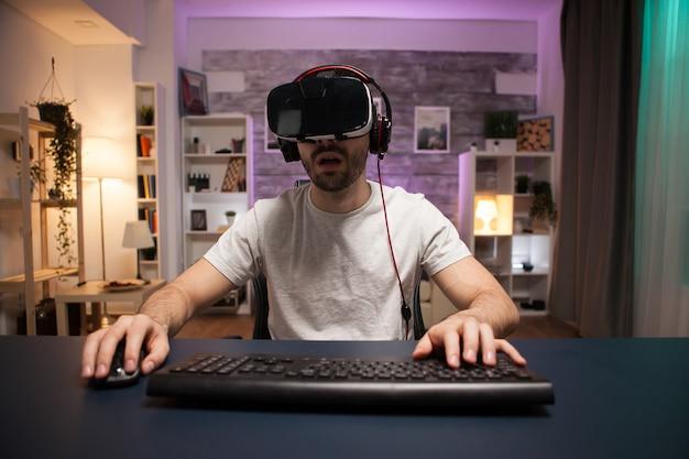 Punkt widzenia skoncentrowanego profesjonalnego gracza online noszącego zestaw wirtualnej rzeczywistości.