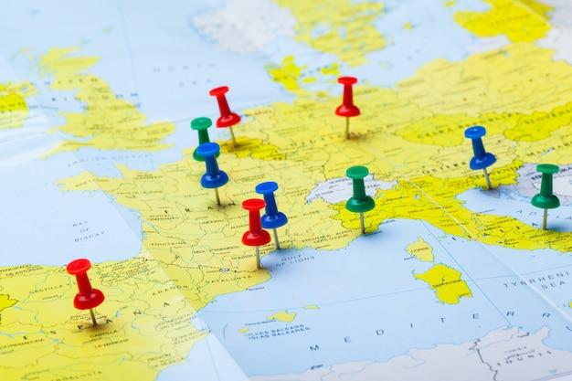 Punkty docelowe podróży na mapie oznaczone kolorowymi pinezkami