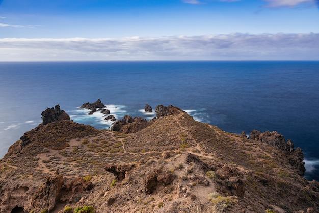 Punta de juan centellas formacji wulkanicznej wybrzeża, icod de los vinos, teneryfa, wyspy kanaryjskie, hiszpania