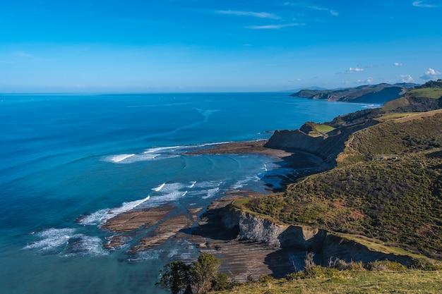 Punta de sakoneta w geoparku na wybrzeżu sakoneta w dębie. kraj basków