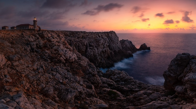 Punta nati latarni morskiej teren przy zachodnim wybrzeżem od menorca wyspy, hiszpania.