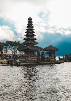 Pura ulun danu bratan, bali. hinduska świątynia otoczona kwiatami na jeziorze bratan