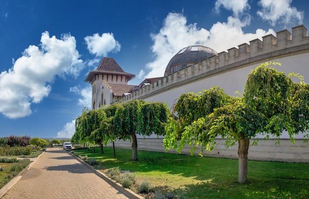 Purcari, mołdawia 04.10.2021. nowoczesna winiarnia chateau purcari w wiosce purcari w mołdawii w słoneczny jesienny dzień