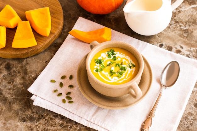 Puree z zupy dyniowej z pestkami dyni i natką pietruszki. zdrowa żywność.