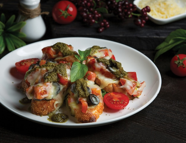 Puree ziemniaczane nadziewane mięsem i pomidorami i topionym serem na wierzchu