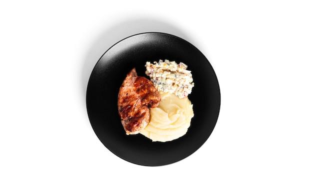 Puree ziemniaczane z pierś z kurczaka i sałatką z kraba na białym tle. zdjęcie wysokiej jakości