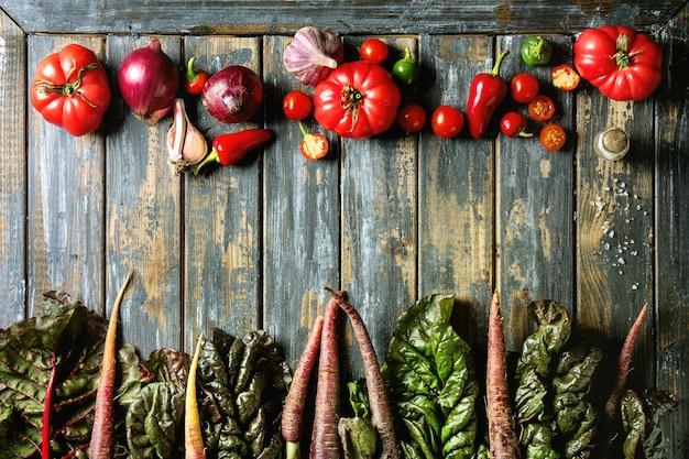 Purpurowa marchewka z warzywami