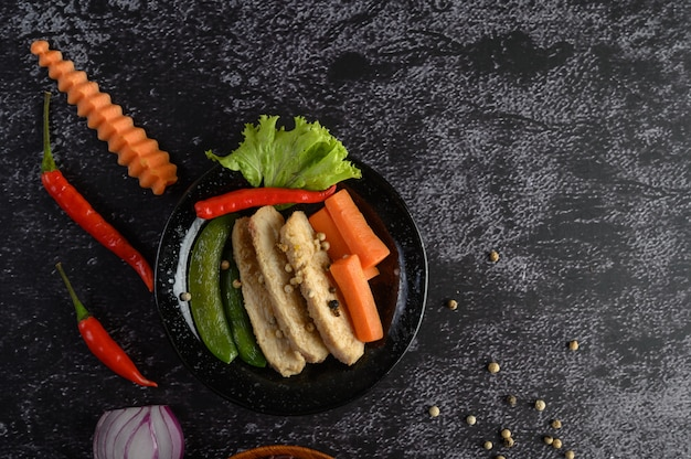 Purpurowe jagody ryżu gotowane z grillowaną piersią kurczaka. liście dyni, marchewki i mięty w naczyniu, czyste jedzenie.
